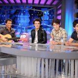 Los Jonas Brothers cantan Volando voy
