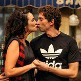 Melanie Olivares y Paco León se besan