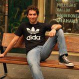 Paco León sentado en un banco