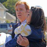 David Caruso con una mujer en brazos en 'CSI'