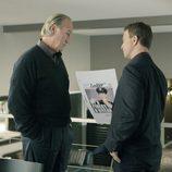 Gary Sinise con un periódico en 'CSI: NY'