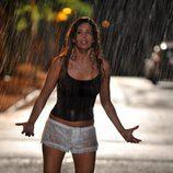 Angie Cepeda bajo la lluvia en 'Los protegidos'