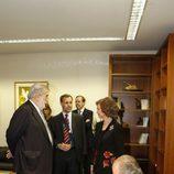 El Rey firma en el libro de visitas de Antena 3
