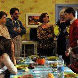 Antonio Garrido prepara la comida en 'Los Protegidos'