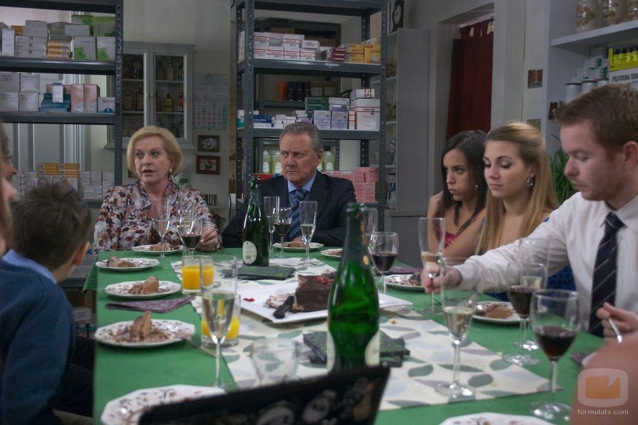 Cena familiar en 'La última guardia'