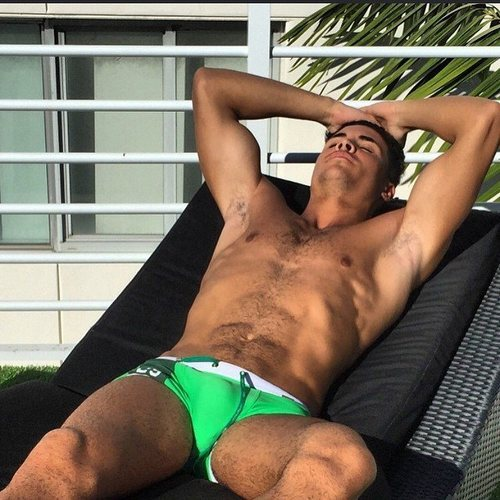 Kiko Jiménez luce torso desnudo con un pequeño bañador
