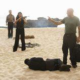 Ilana apunta al falso Locke con un arma