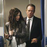 Kate esposada en el avión