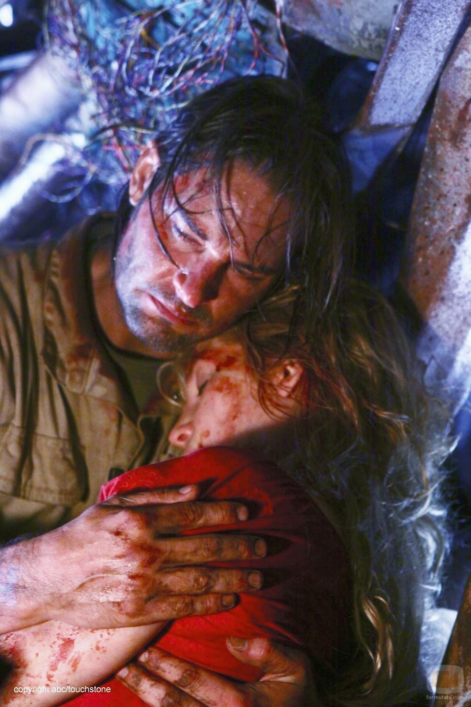 Sawyer abraza a Juliet muerta