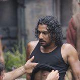 Jack observa la herida de Sayid