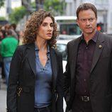Melina Kanakaredes y Gary Sinise en 'Paga', de 'CSI: Miami'