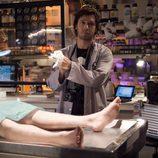 Deker se prepara para realizar una autopsia