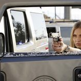 Emily Procter con una pistola