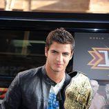 Maxi Iglesias con el cinturón del wresting