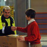 Lucas entrega una caja a Antonio