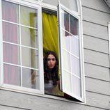 Sandra se asoma a la ventana