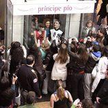 Úrsula Corberó, Adrián Rodríguez y Sandra Blázquez en el flashmob de 'Glee'