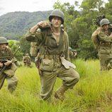 Los soldados caminan por el monte en 'The Pacific'