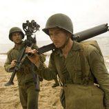 Los soldados camina por la playa en 'The Pacific'