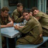 Los soldados descansan en el campamento