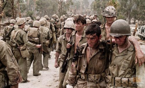 Los soldados regresan de la batalla