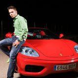 Álex Barahona junto a un Ferrari