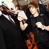Justin Bieber firma autógrafos