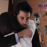 Diego intenta consolar a su hermana Elena