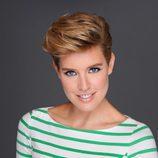 Tania Llasera con una camiseta verde de rayas