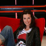 Lucía Riaño sentada en un sofá rojo