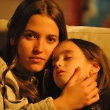 Claudia (Ana Fernández) con Lucía (Priscila Delgado)