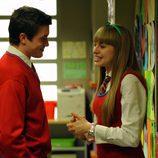 Leo charla con Claudia en el instituto