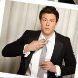 Cory Monteith se ajusta la corbata