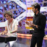 Mika toca el piano en 'El hormiguero'