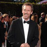 Hugh Laurie vestido de smoking en los Emmys