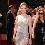 Jennifer Morrison sonriente con un vestido plateado
