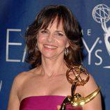 La actriz Sally Field sonriente con su Premio Emmy 2007 por su papel como Norah Walker en 'Cinco hermanos'