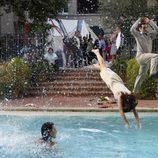 Los protagonistas de 'Cinco hermanos' se mojan en la piscina