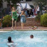Emily VanCamp y Patricia Wettig se tiran a la piscina