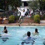 Rob Lowe a punto de caer en la piscina en 'Cinco hermanos'