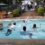 Rob Lowe mojado en la piscina en 'Matricarca'