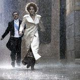 La Duquesa de Alba corre bajo la lluvia