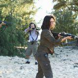 Zoe y el grupo de Widmore apuntan al grupo de Sawyer