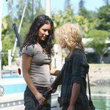 Kate intenta quitarle el arma a Claire