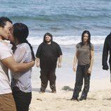 Sun y Jin se besan mientras el resto mira
