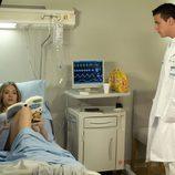 Lis lee un libro en el Hospital
