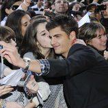 Una fan besa a Maxi Iglesias