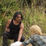 Claire y Sayid comprueban uno de los muertos