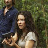Kate apunta con un arma