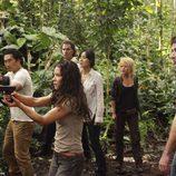 Kate y Jin apuntan a los hombres de Widmore